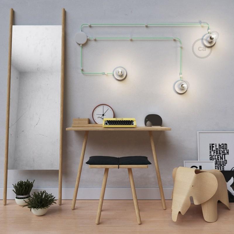 Spostaluce, bela kovinska svetilka s tekstilnim kablom in stranskima izhodoma zanje