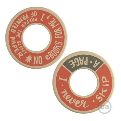 MINI-UFO: obojestranski leseni disk iz zbirke READING BALLSH*T, napis PAGE + SCENT OF PAPER